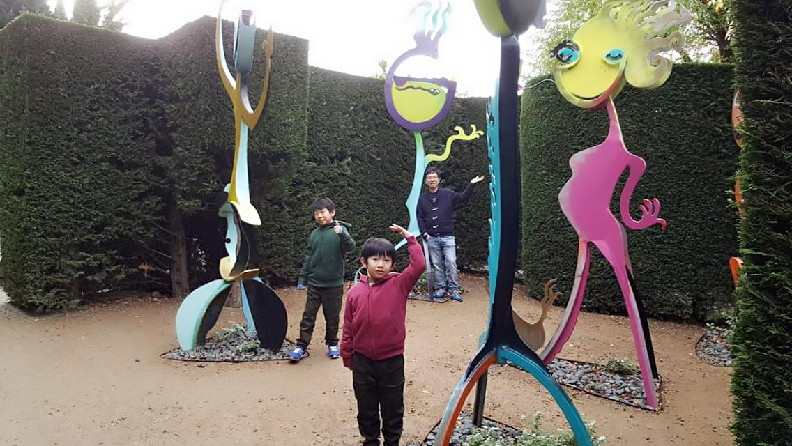 family photo in enchanted garden Melbourne with decorations